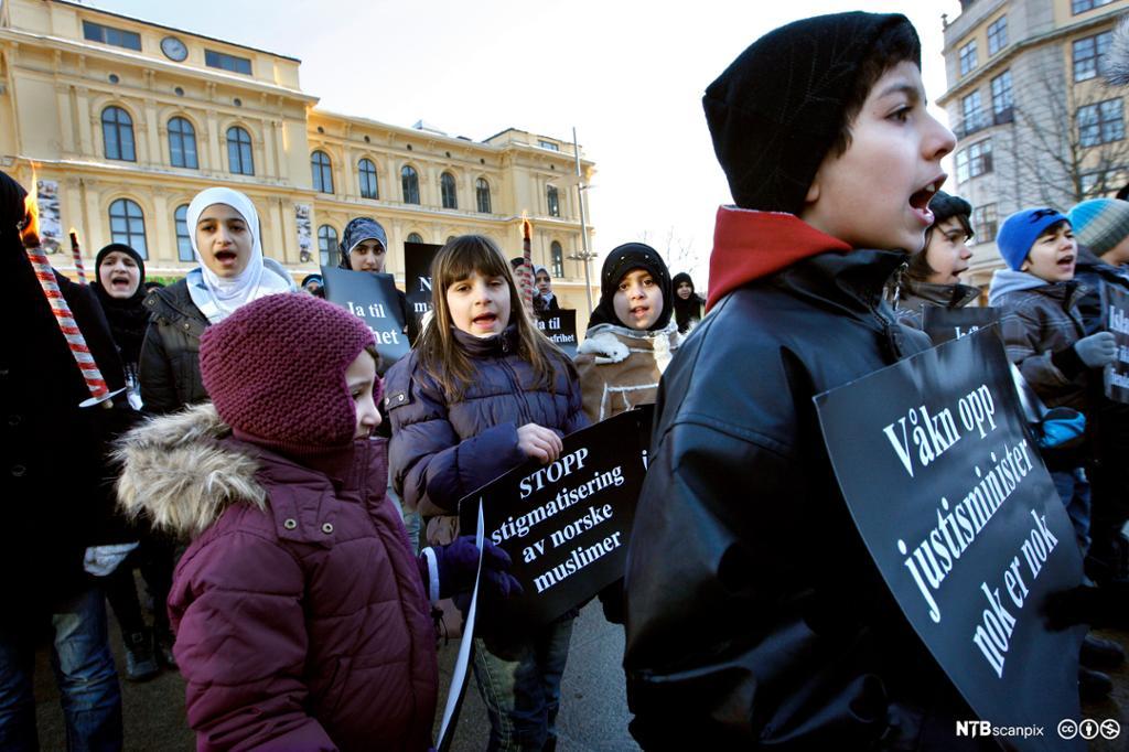 Ungdom med protestplakater. Foto.