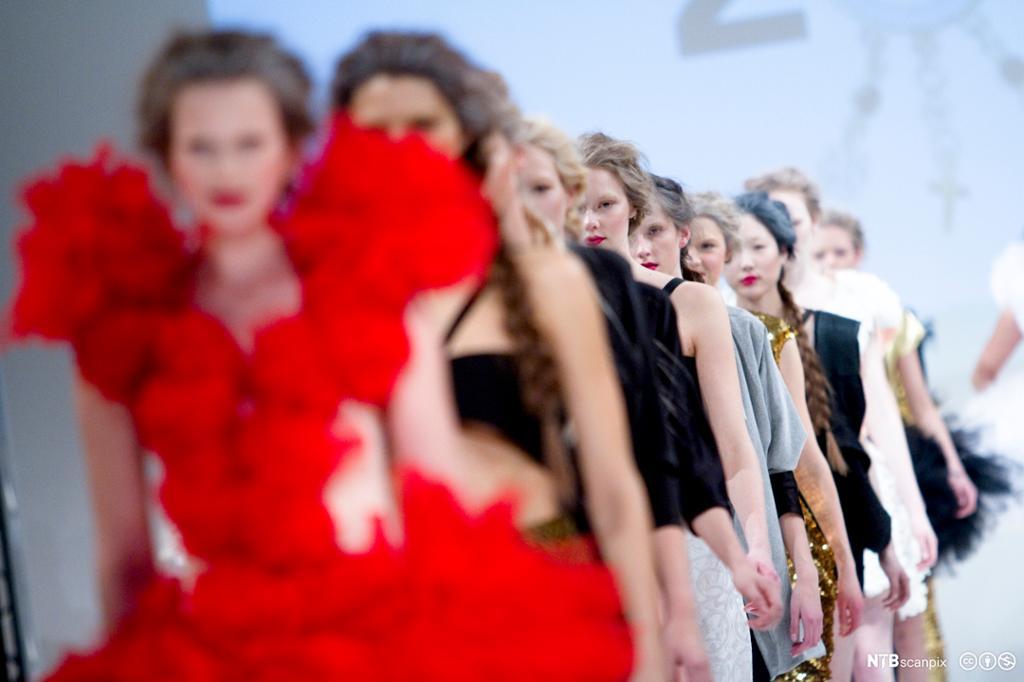 Modellar viser fram ein kleskolleksjon. Foto.