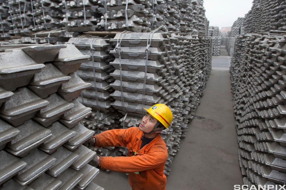 En ansatt sjekker aluminiumblokker for eksport