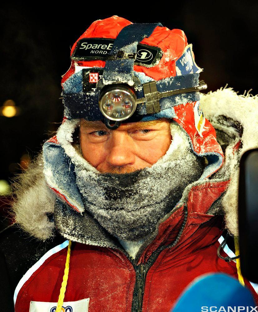 Lars Monsen med anorakk og hodelykt. Foto.