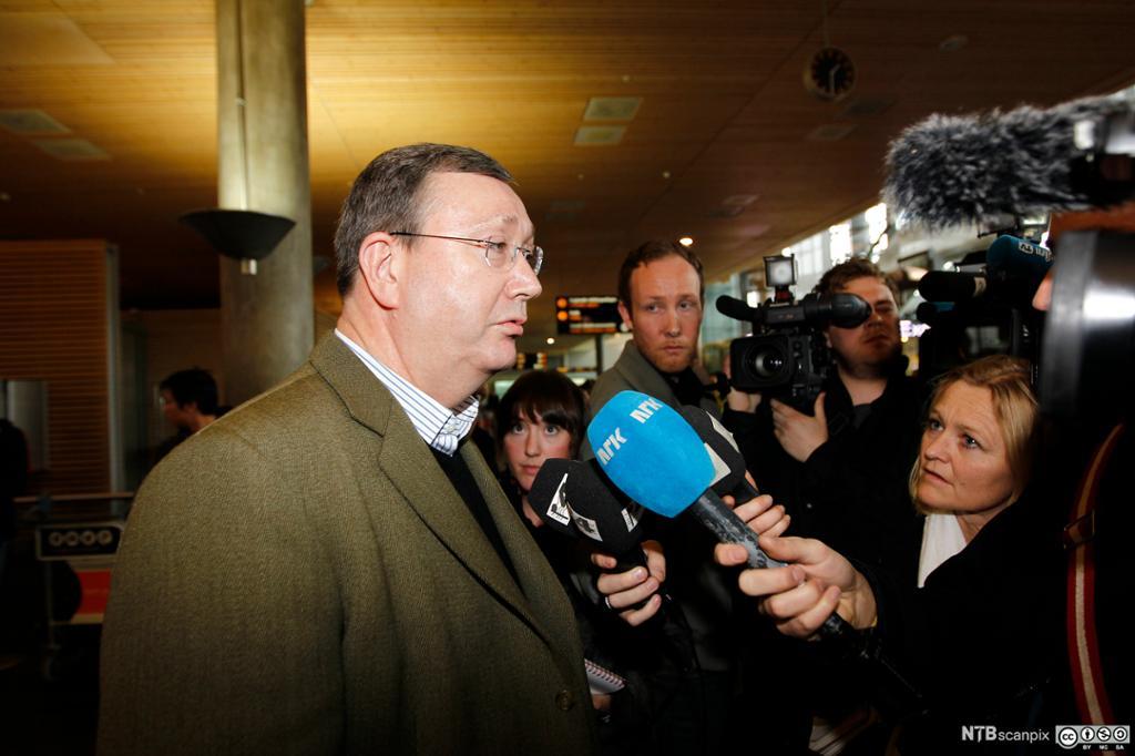 Biskop Bernt Eidsvig forklarer seg for pressen. Foto.