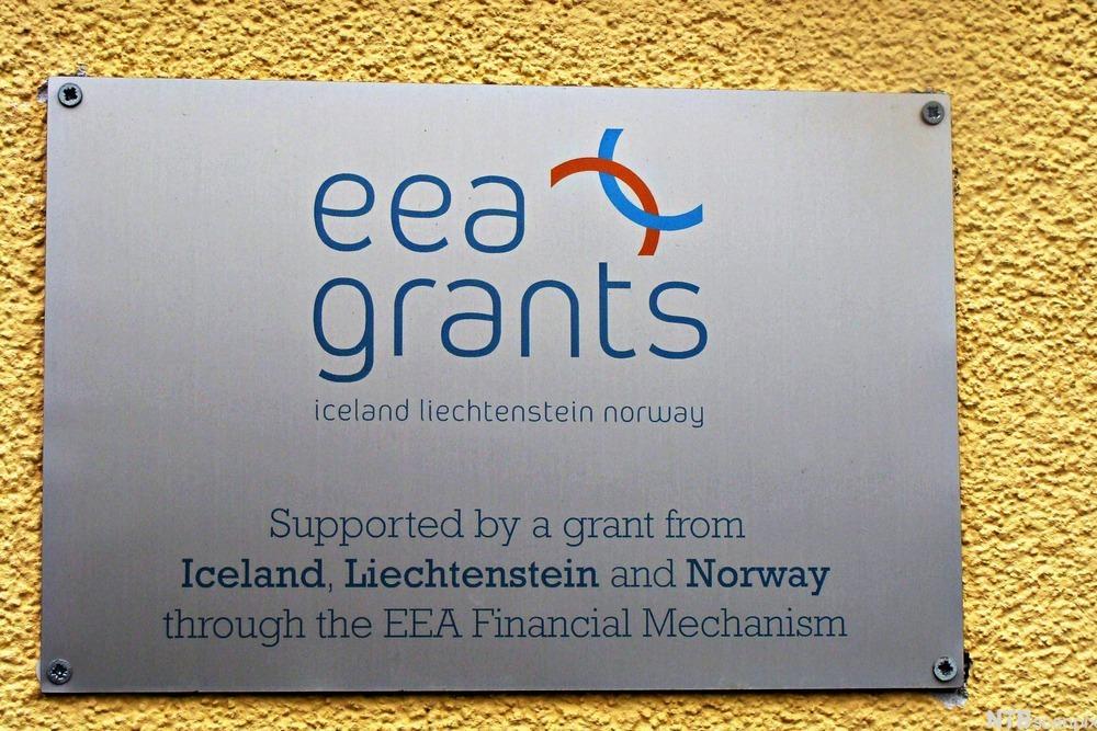 Skilt som viser at EØS-midler har støttet utvikling i Polen. Foto.