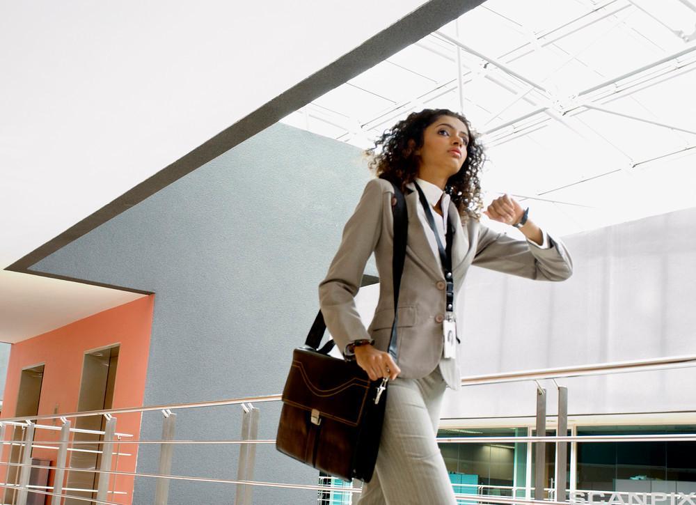 Bilde av en travel forretningskvinne.