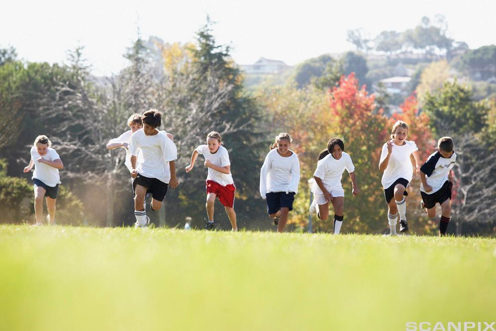 Barn løper på en slette. Foto.