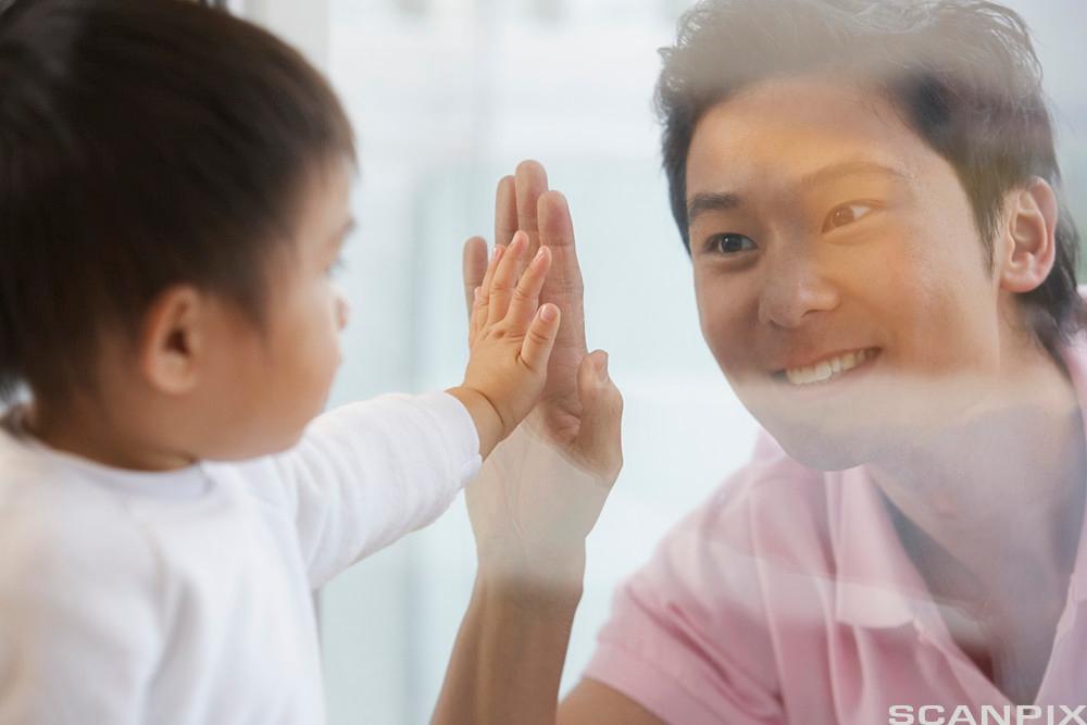 Mann og barn kommuniserer. Foto.