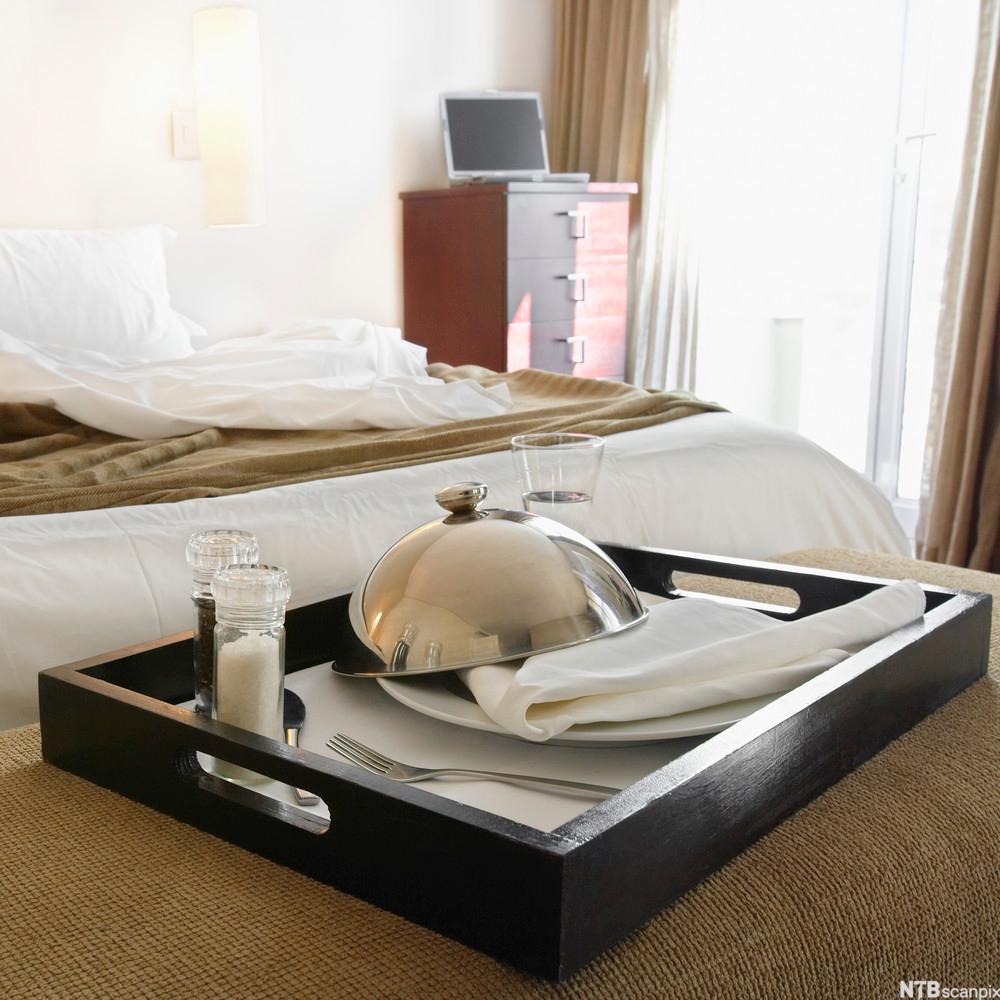 Hotellfrokost på senga. Foto.
