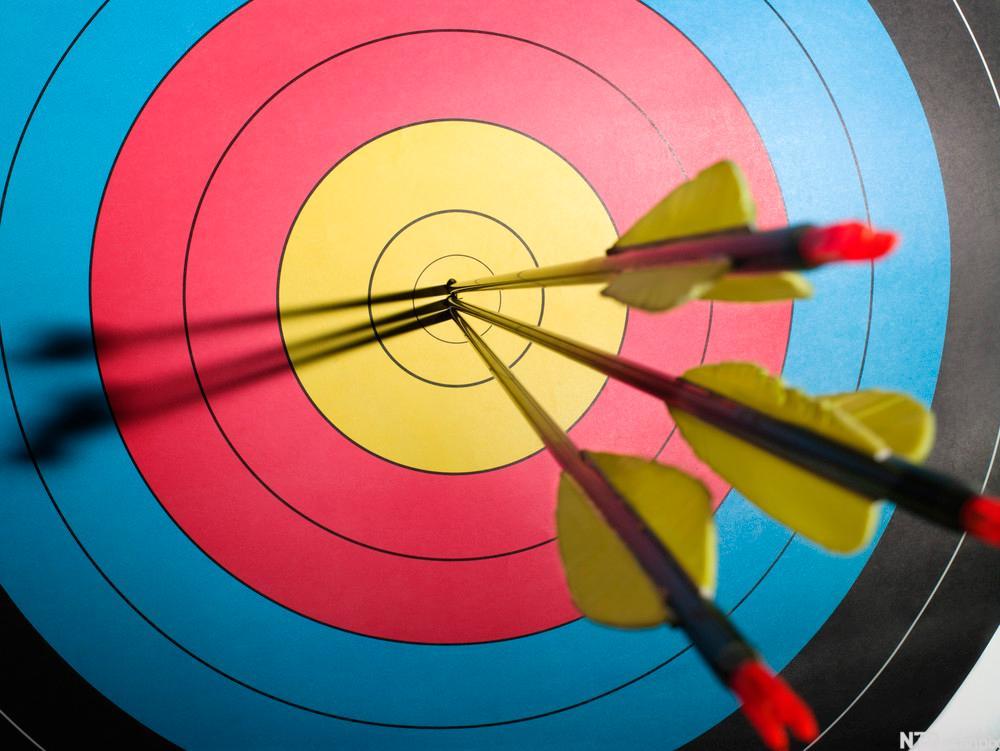 Piler i midten på en målskive. Bilde