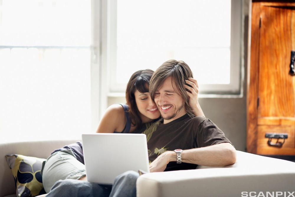 Kjærestepar med bærbar PC