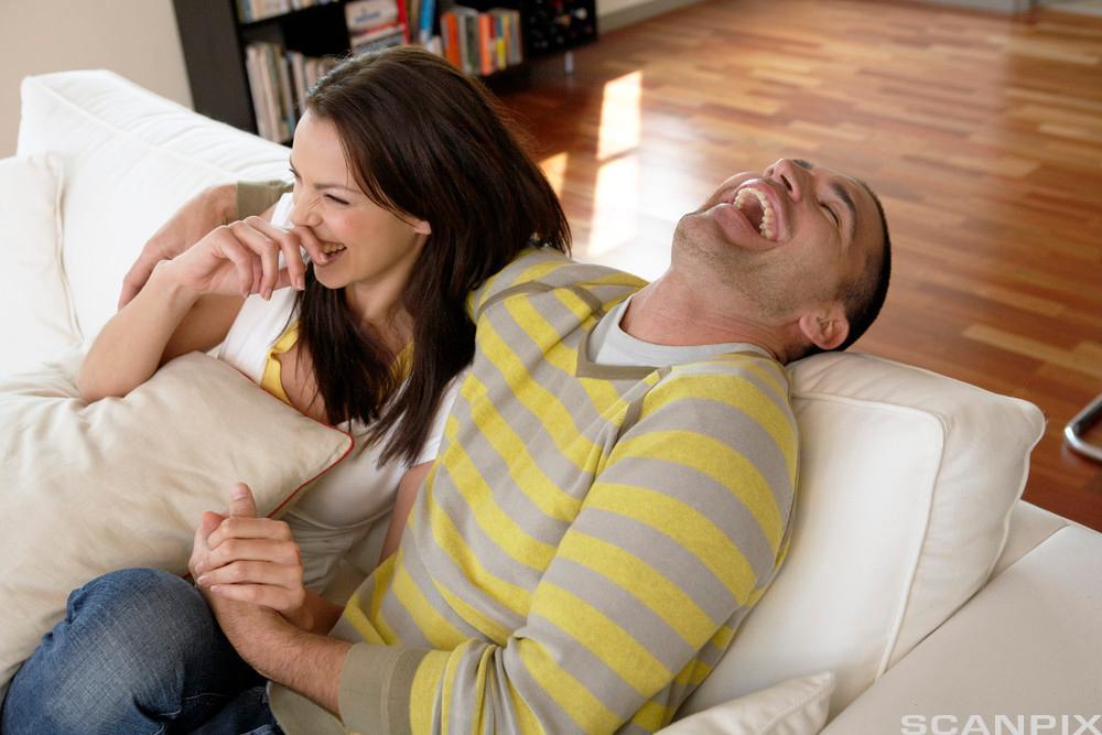 Bilde av et par som har det hyggelig hjemme.