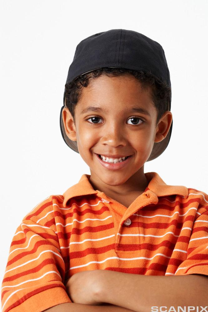 Smilende gutt med afrikansk utseende. Foto.