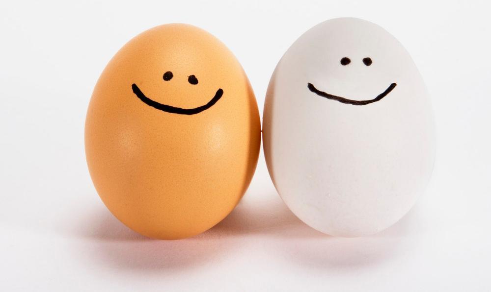 Bilde av to egg det er tegnet to smil på