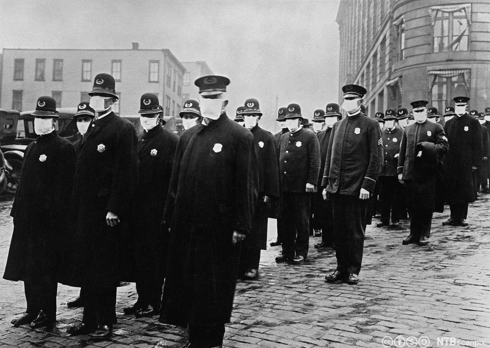 politi med masker mot spanskesyken