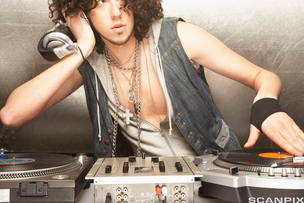Bilde av en DJ som spiller plater live, og opererer innen musikkmarkedet.