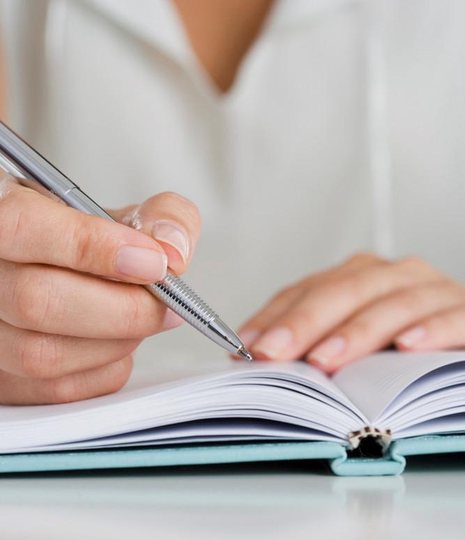 Notater på blokk med blyant. Foto.