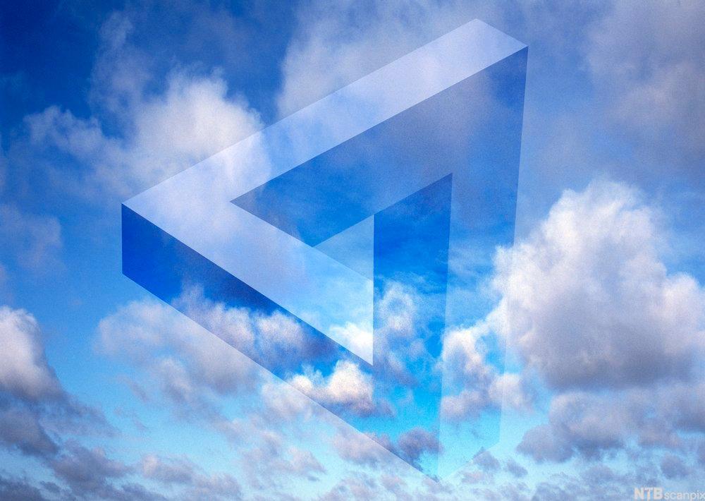 Bilde av en gjennomsiktig og tredimensjonal trekant på en himmel med skyer.