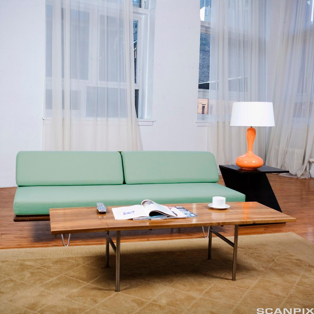 Interiør i enkel stil. Foto.