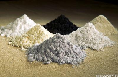 Små hauger av ulike stoffer i pulverform. Foto.