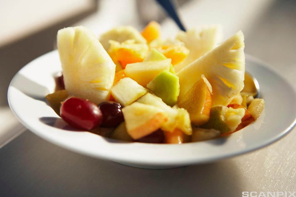 Tallerken med oppdelt fruktblanding. Foto.