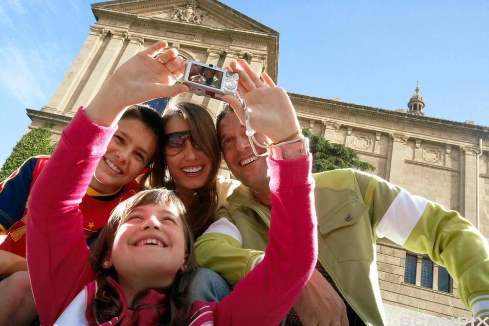 Bilete av ein familie som tek turistfoto.