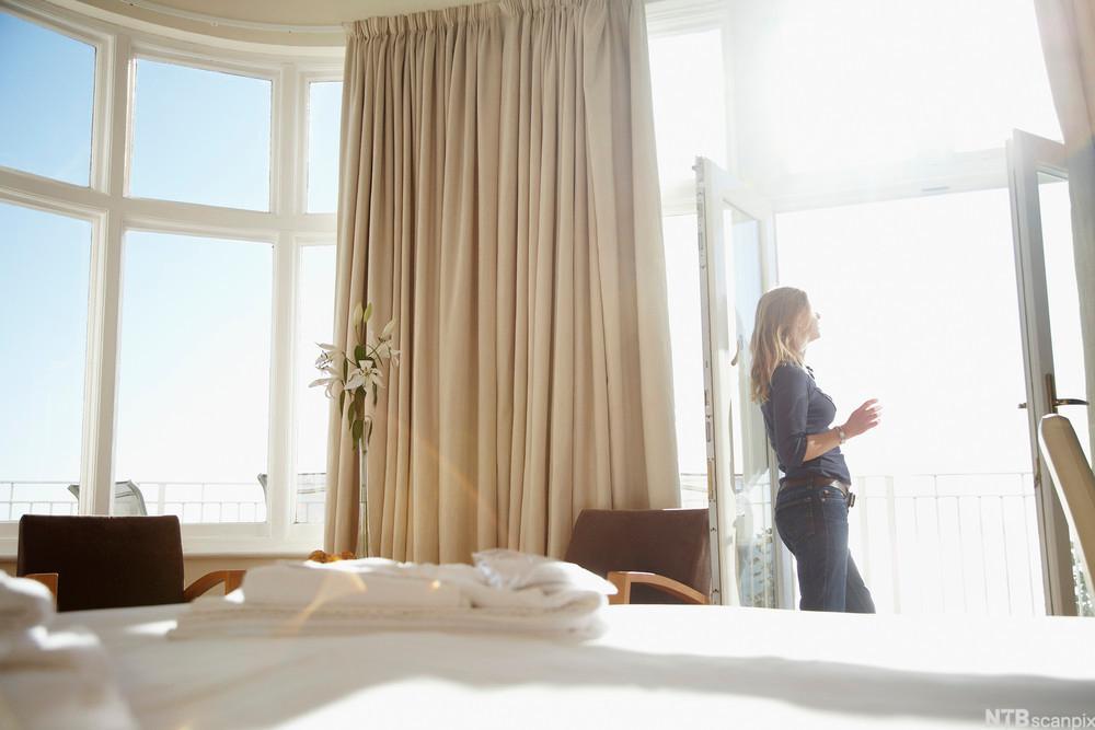Kvinne på hotellrom. Foto.