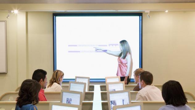 Kvinne holder presentasjon. Foto.
