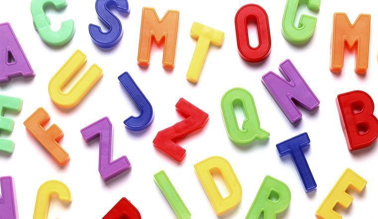 Tredimensjonale bokstaver i mange farger vises mot hvit bakgrunn. Foto.