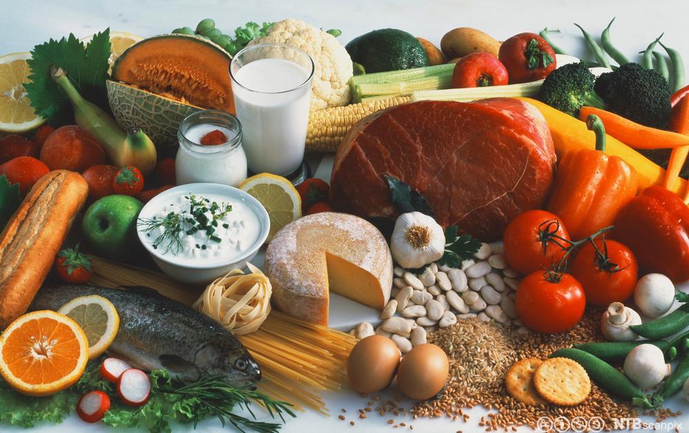 En mengde ulike råvarer av frukt, grønt, kjøtt, fisk, melk, egg og kornprodukter. Foto.