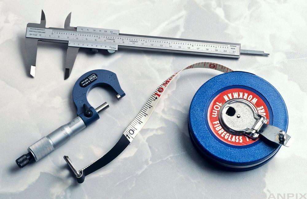 Målebånd med vernier skyvelære og mikrometer. Foto.