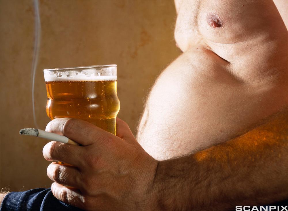 bilete av ein mann som røykjer og har ølmage