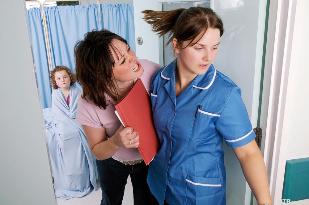 Konflikt mellom pårørende og helsepersonell på sykehus. Foto.