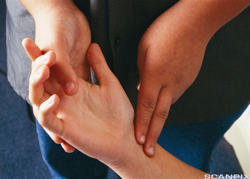 Pulsmåling på håndledd. Foto.
