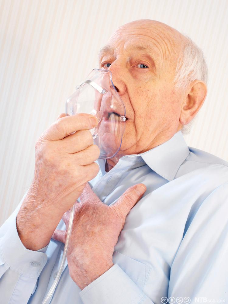 Eldre mann med oksygenmaske