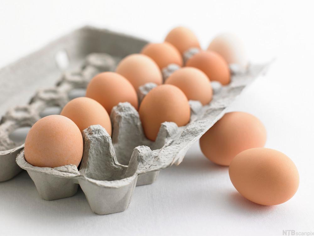 Bilde av en åpen eggekartong med egg inni