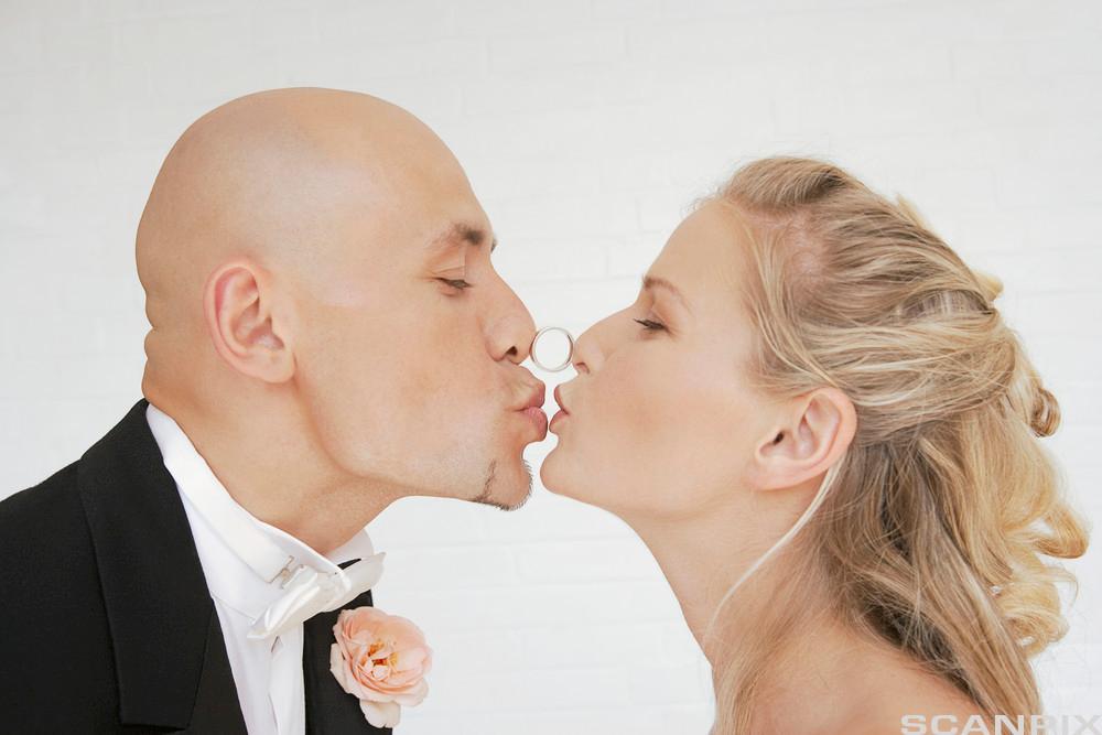 Nygift par kysser. Foto.