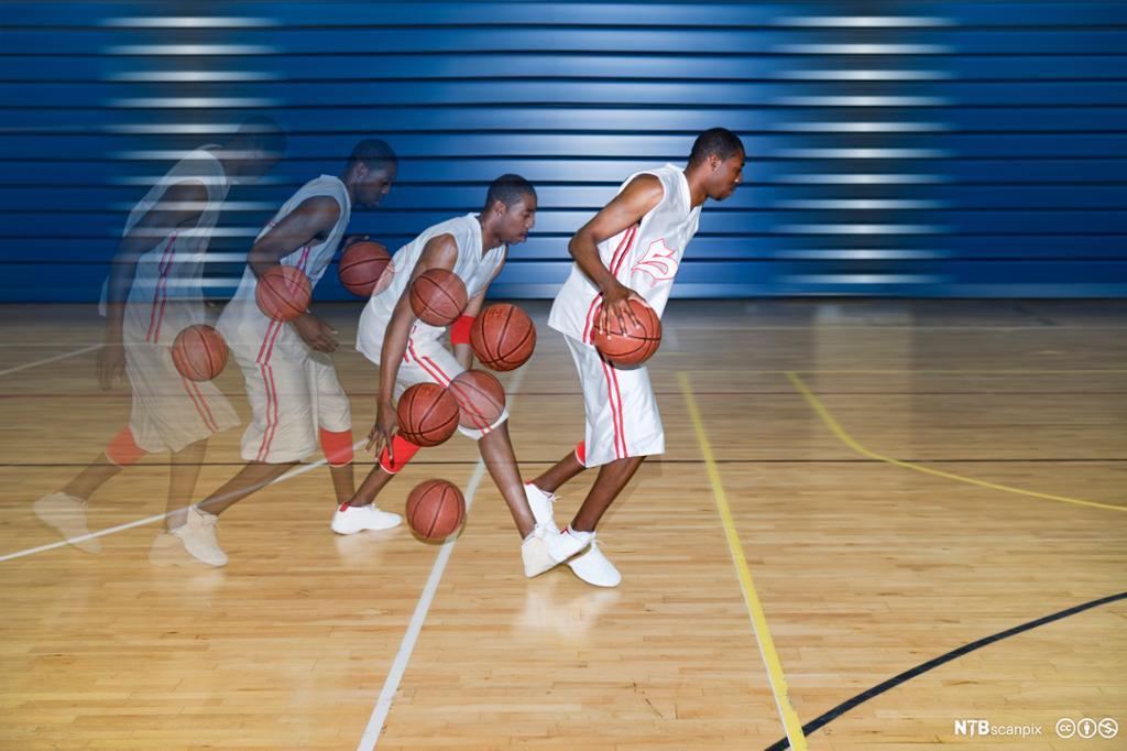 Dobbel eksponering av basketballspiller som dribler. Foto.