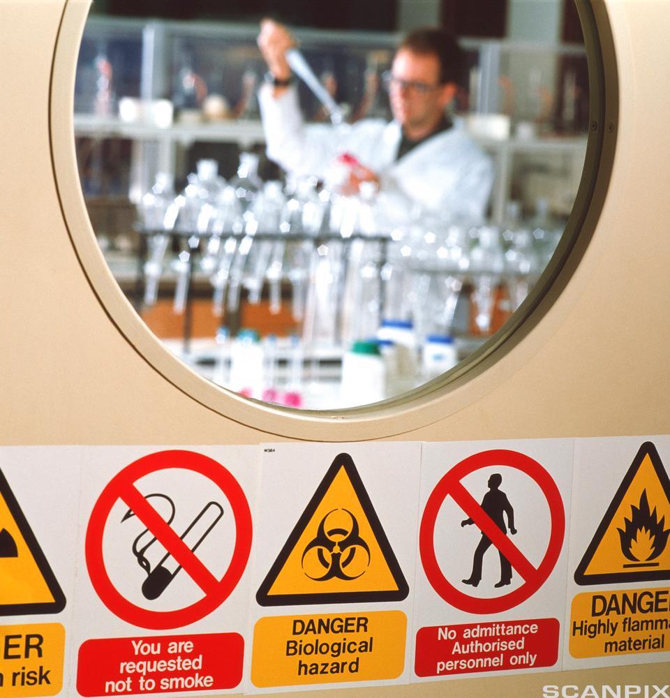 Kjemisk helsefare: Varselsskilt på laboratoriedør. Foto.
