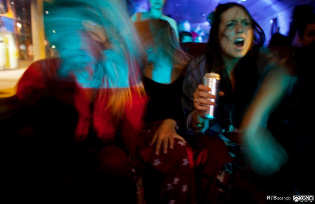 Jenter på fest i en bar. Foto.