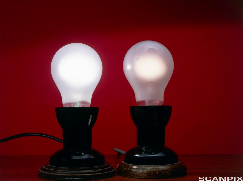 To lyspærer med ulik lys-styrke på grunn av forskjellige spenninger. Foto.