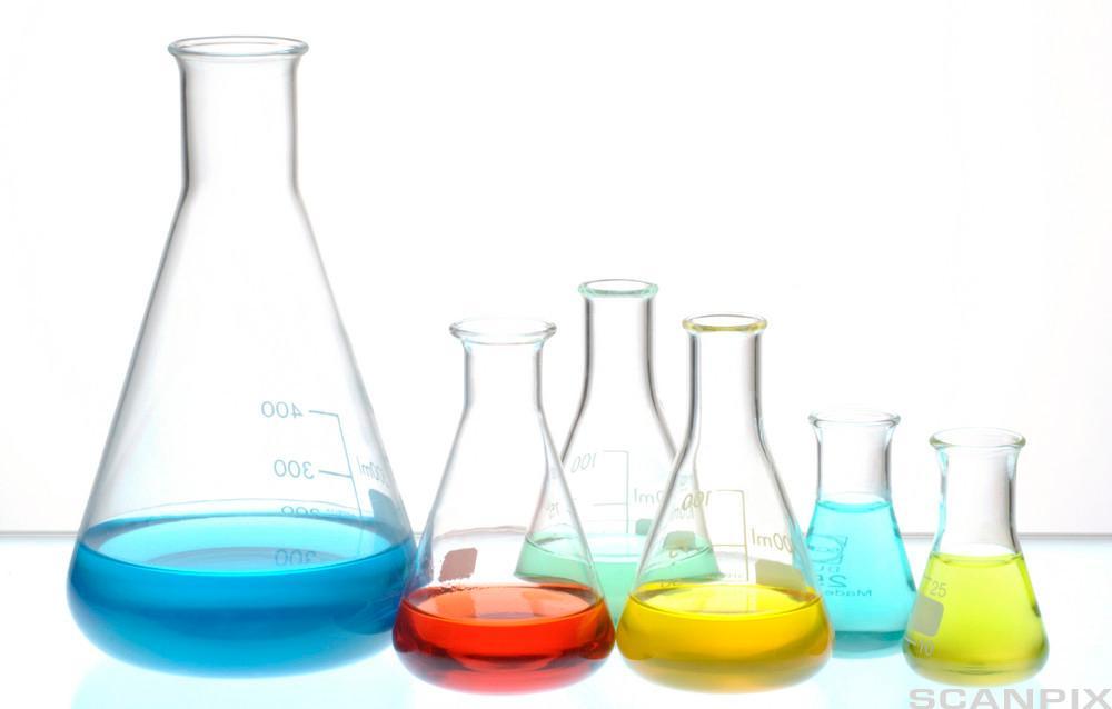 Laboratorieglass med fargede væsker i. Foto.