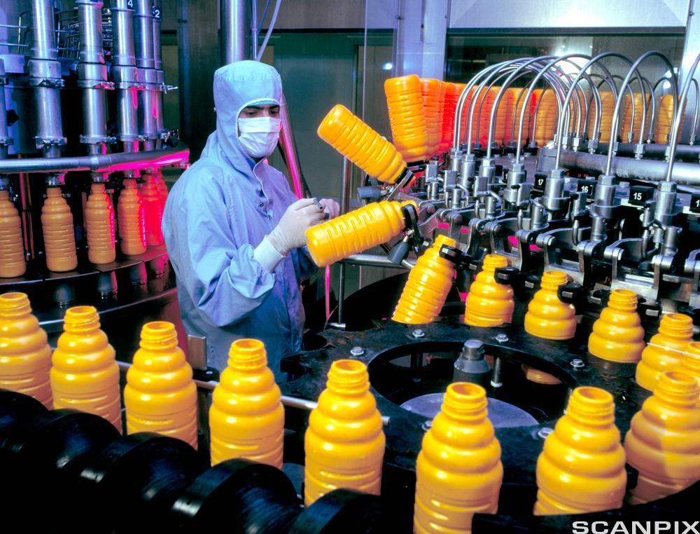 Pakking av appelsinjuice i en fabrikk. Foto.