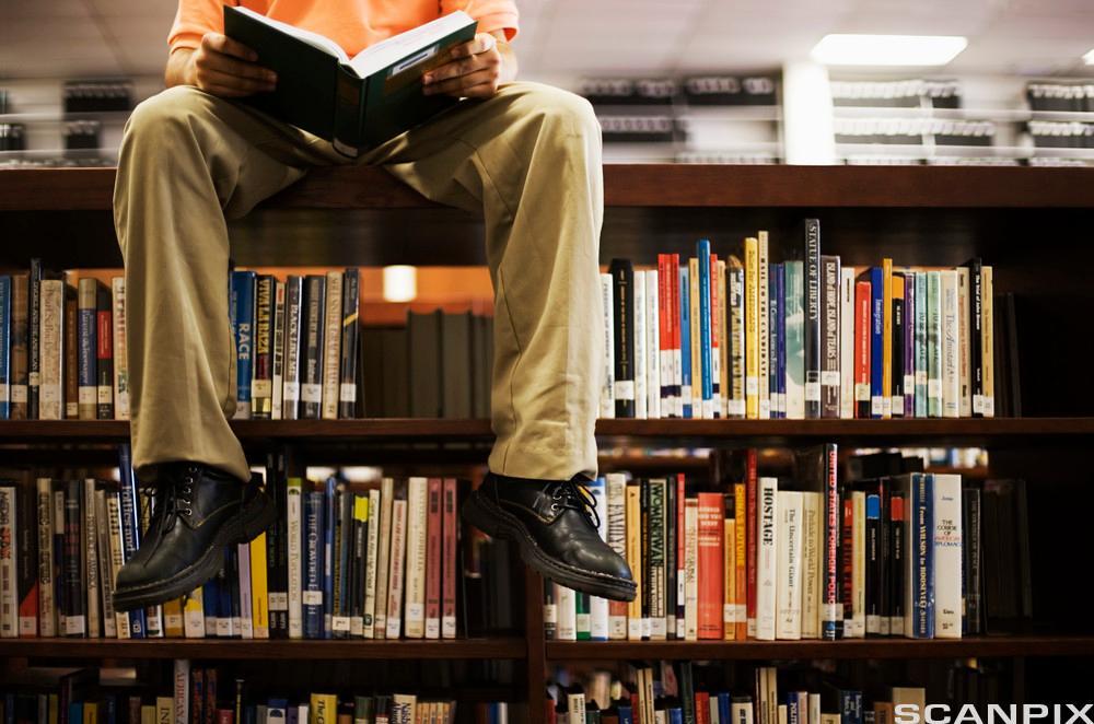 Mann leser en bok