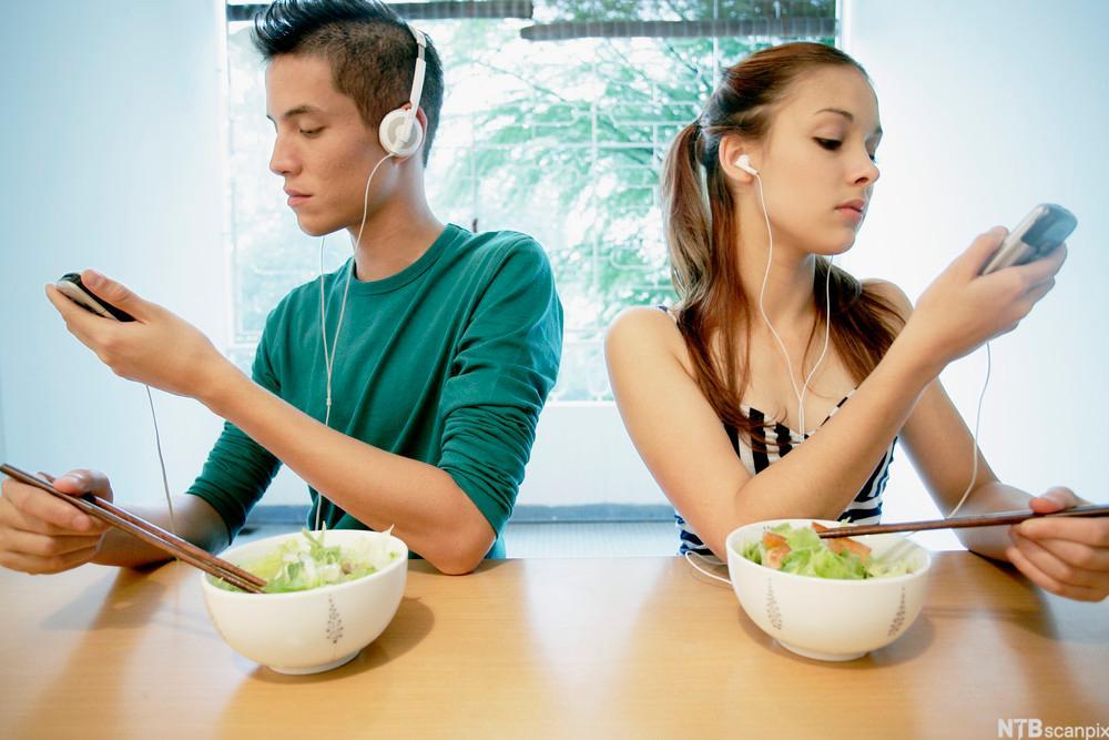 Digital kommunikasjon ved matbordet.Foto.