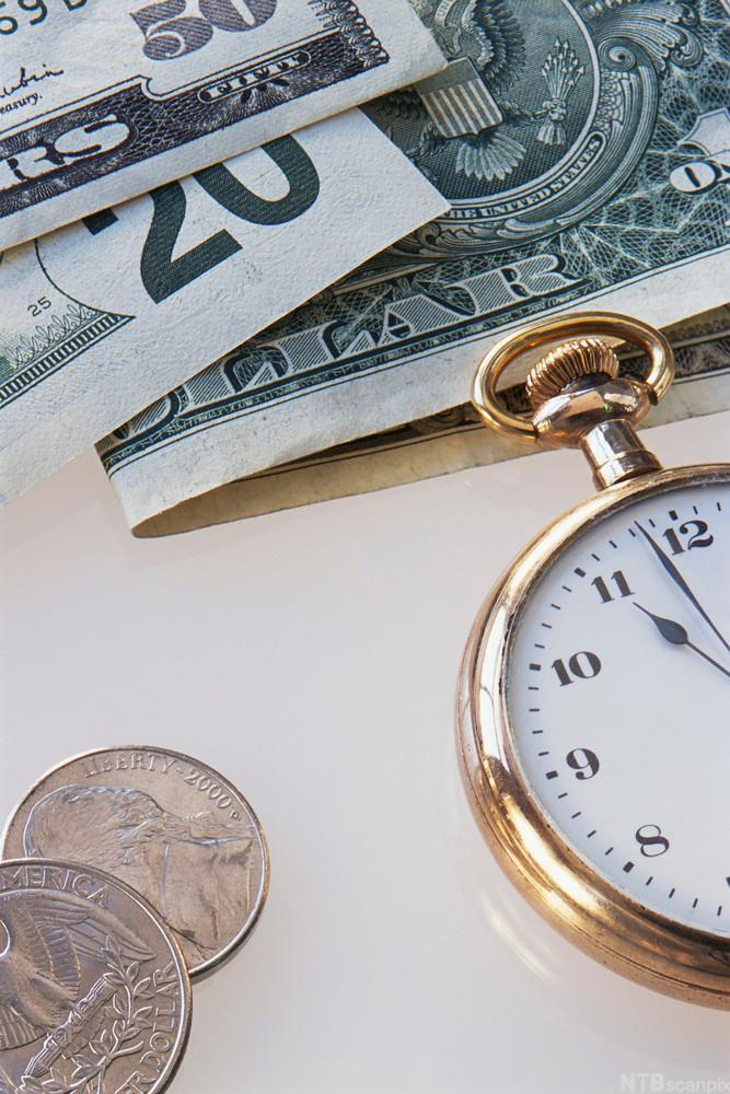 Bilde av penger og en klokke.