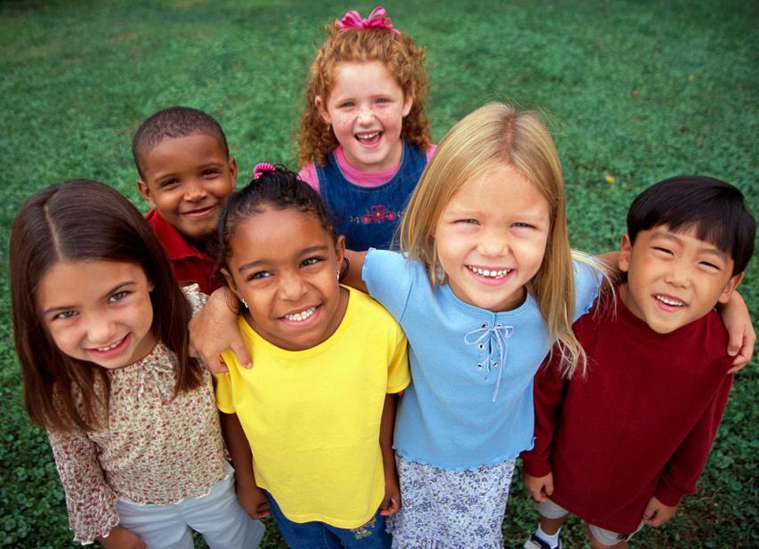 Gruppe barn som smiler. Bilde.