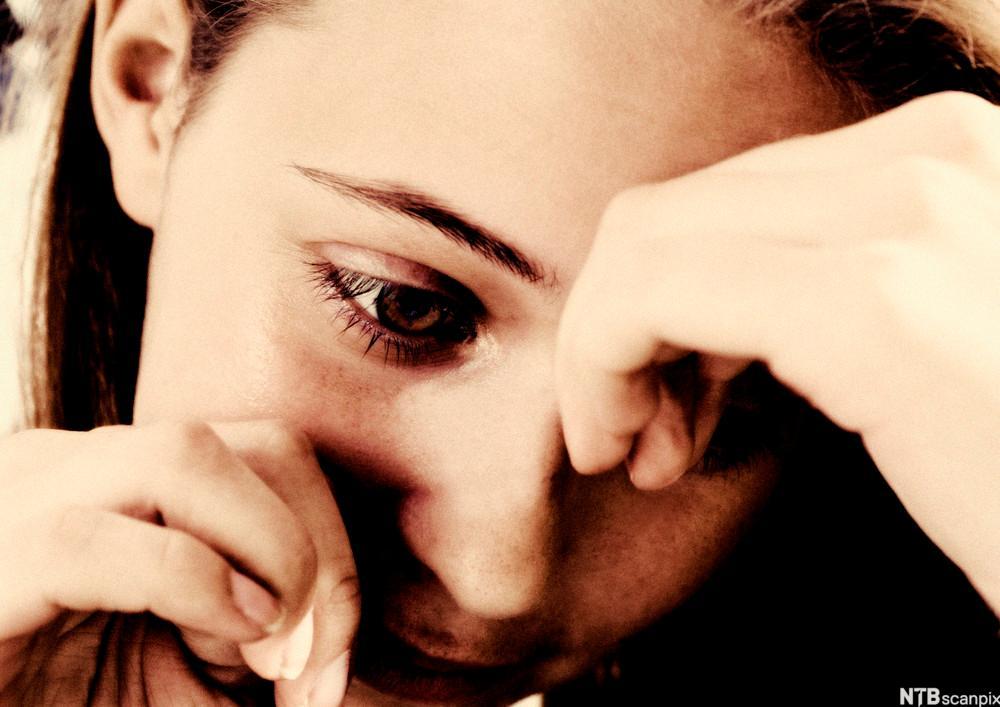 Bilete av ung jente med trist uttrykk i andletet. Foto.