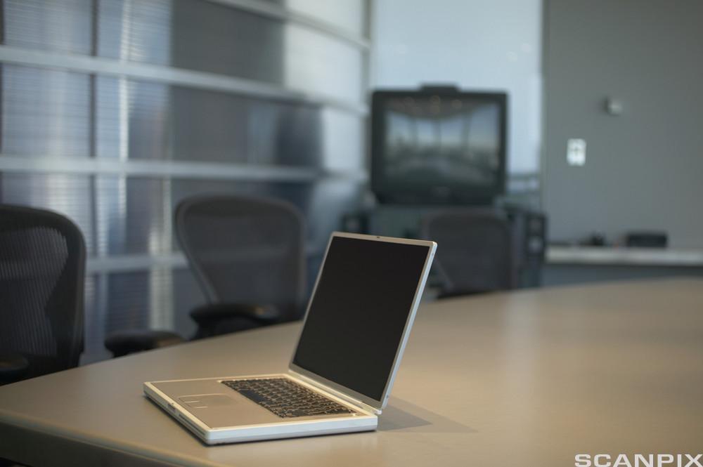 bildet viser hender på et tastatur. Foto.