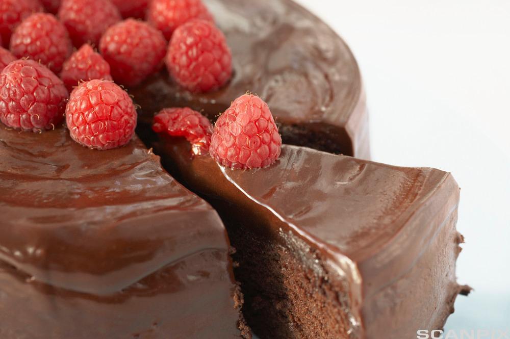 Sjokoladekake med bringebær. Foto.