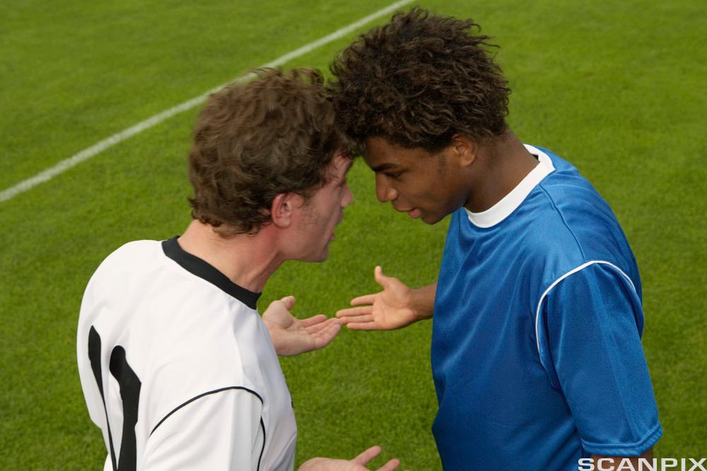 To fotballspelarar kranglar. Foto.