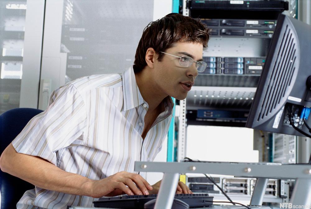IKT-medarbeider foran skjerm. Foto