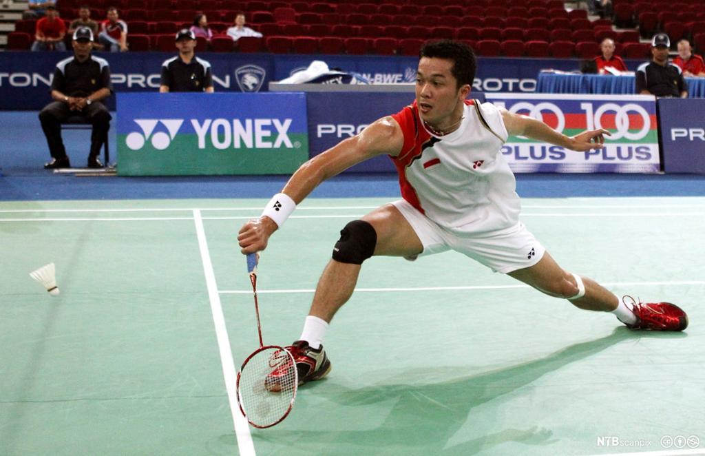 Taufik Hidayat med backhand slag i badminton. Foto.